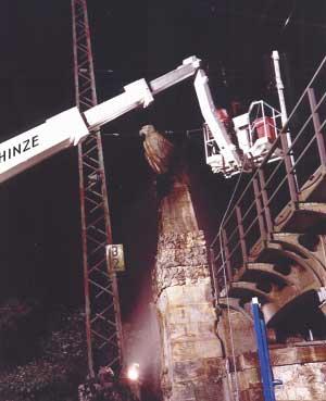 Anlässlich der Restaurierung des Bismarckbahnhofes Hannover werden Sandsteinplastiken gereinigt. Damit der Bahnbetrieb nicht gestört wurde, erfolgte dies immer zwischen 0 Uhr und 4 Uhr morgens.