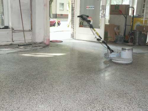 Nachdem alle Fehlstellen im Terrazzo repariert wurden ist nun der ganze Boden fein geschliffen worden und bekommt durch die abschließende Politur Glanz.