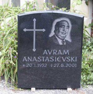 Handgraviertes Portrait auf einem Grabmal