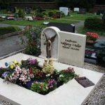 Grabstein mit bronzener Engelsstatue