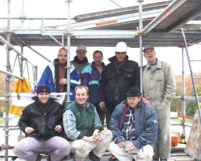 Ein Teil unserer Teams bei der Arbeit auf einem Gerüst.