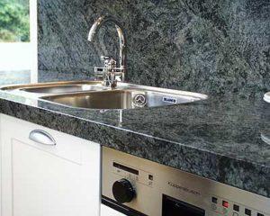 Küchenarbeitsplatte und Rückwand aus grünlichem Gneiss