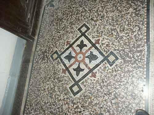 Der gesamte Bodenbelag einschließlich des instand gesetzten Mosaikes ist neu geschliffen und kann nun wieder viele Jahre schadlos überdauern.
