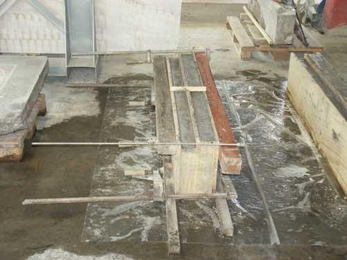Rekonstruktion des beschädigten Podestteils. In Form gestampfte Terrazzomischung während des Aushärtens.