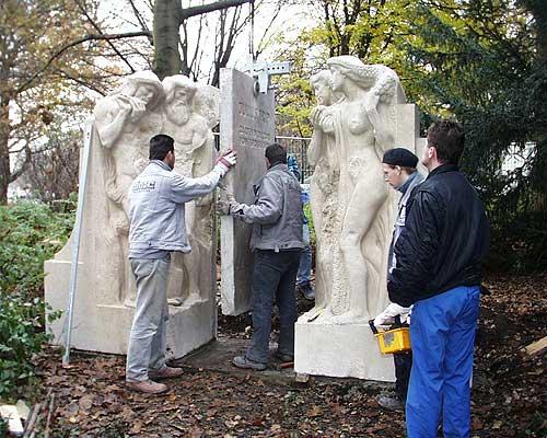 Team bei der Montage der Mittelplatte des im Krieg beschädigten Julius-Trip-Denkmals im Maschpark am Neuen Rathaus Hannover.