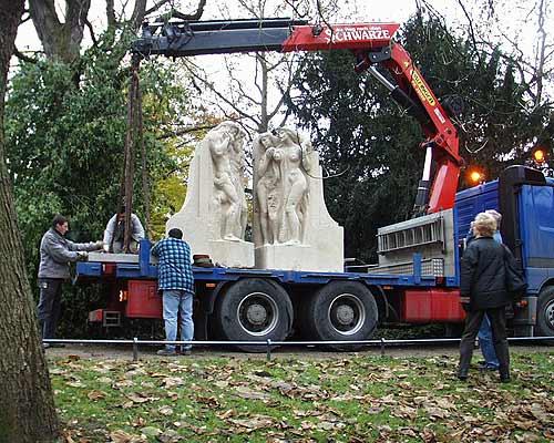 Team beim vorsichtigen Verladen des im Krieg beschädigten Julius-Trip-Denkmals nach der Restaurierung. Es wurde wieder im Maschpark am Neuen Rathaus Hannover aufgestellt.