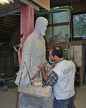 Handwerkliche Bearbeitung einer vollplastischen Skulptur