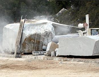Moderne Bearbeitung von Steinen im Steinbruch