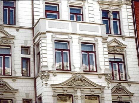 Restaurierte Fassade mit Stuckelementen