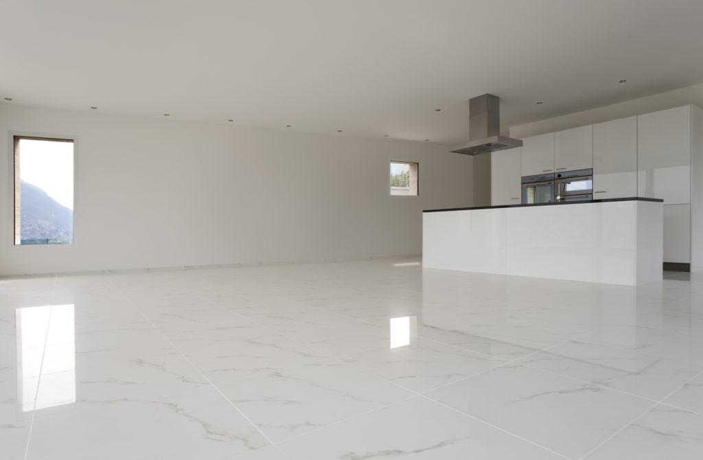 Polierter Fußboden aus weißem Marmor mit grauen Adern