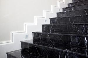 Treppe aus schwarzem polierten Marmor.