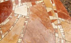 Natursteinmosaik in rot-beige als Terrassenfußboden