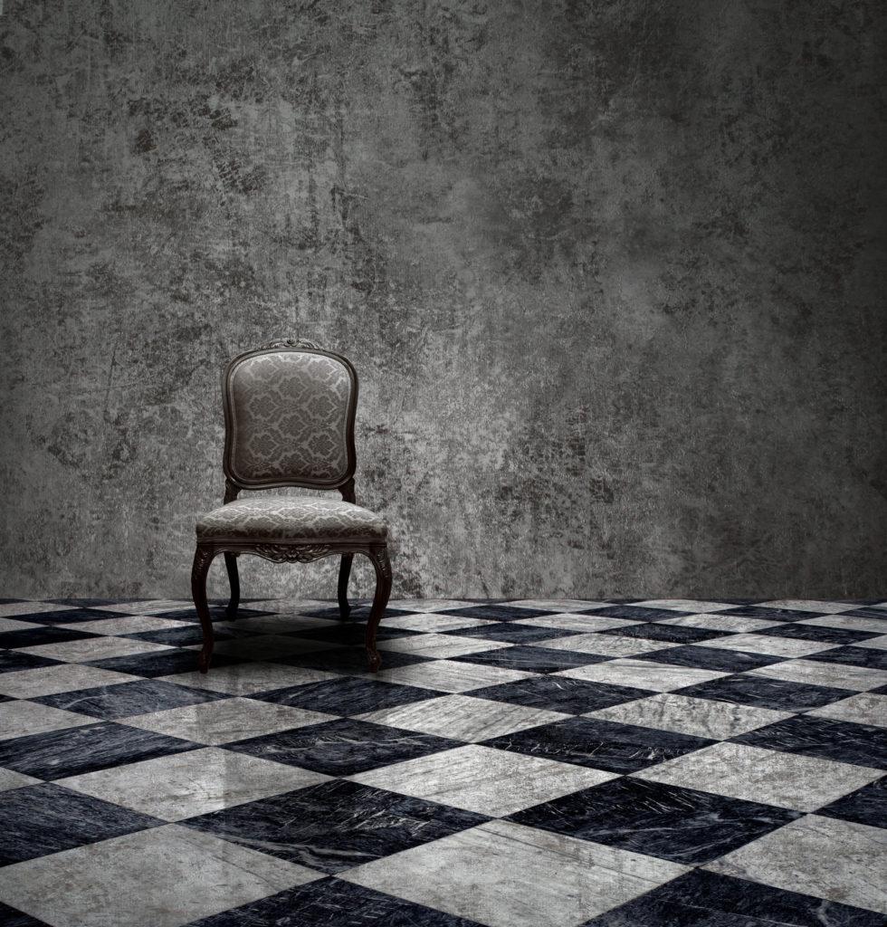 Schwarzer und grau-weißer Marmor wurden im Schachbrettmuster zu einem wunderschönen Boden zusammengelegt.