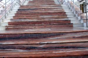 Weiß-rot gebänderte Marmortreppe