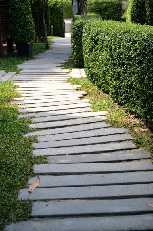 Gartenweg aus grauen Granitblöcken