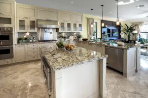Küchenarbeitsplatten aus grau-weißem Gneiss