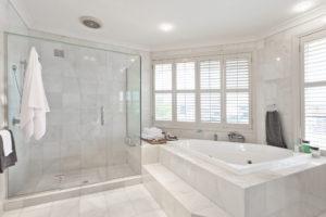 Großzügiges Badezimmer aus weißem Marmor.