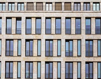 Moderne Vorhangfassade aus beigem Travertin