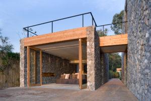 Mauerwerk aus Bruchsteinen an moderner Villa