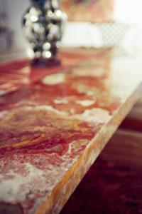 Fensterbank aus leuchtend rotem Marmor