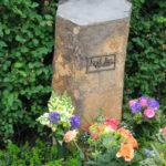 Grabmal aus einer Basaltsäule mit Bronzeschrifttafel