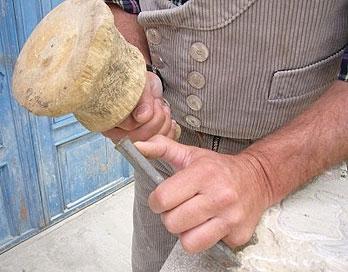 handwerkliche Steinbearbeitung mit Knüpfel und Beizeisen