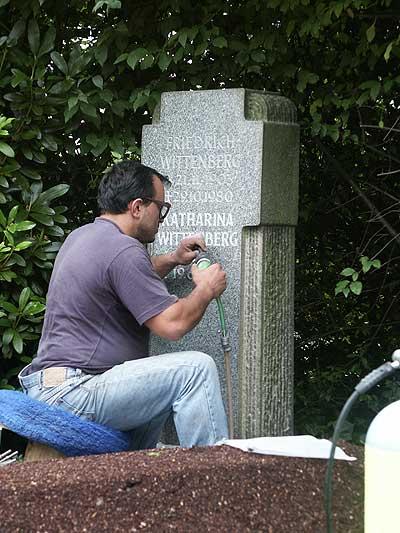 Entstehung einer Nachschrift direkt vor Ort auf dem Friedhof.