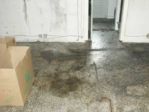 Terrazzoboden in einem Ladengeschäft nach einem Brandschaden