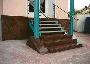 Die Eingangstreppe und die Sockelverkleidung aus indischem Granit sind kombiniert mit einer Stahlkonstruktion