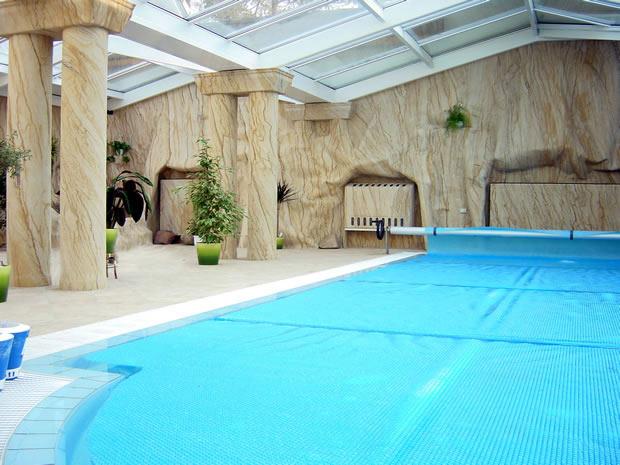 Säulen-, Grotten- und Wandverkleidung in einem Schwimmbad.