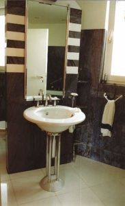 Trennwand zwischen WC und Waschtisch, die von uns aufgemauert und mit verschiedenfarbigem Marmor verkleidet wurde. Rechts zwischen Trennwand und Wand wurde ein Regal aus Marmor eingepasst
