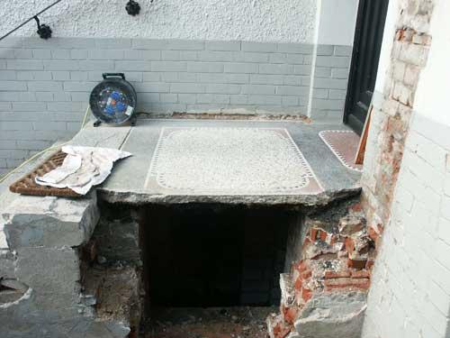Die ganze Anlage wurde demontiert und in unserer Werkstatt originalgetreue Ersatzteile hergestellt. Das Podest wurde unterseitig mit stahlarmiertem Beton verstärkt, sodass es wieder tragfähig war.