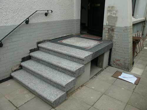 Die gesamte Treppe samt Podest nach der Rekonstruktion wieder vollständig an Ort und Stelle.