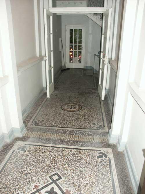 Übersicht des Flures mit dem reparierten Mosaikboden