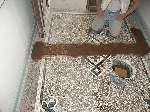 Das Mosaik ist fertiggestellt und in farblich passendem Mörtel eingeschlämmt.