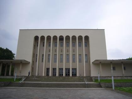 Ansicht des Hauptportals nach der Sanierung der Oetkerhalle.