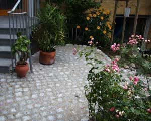 Graues Natursteinpflaster mit passender Treppe aus Granit