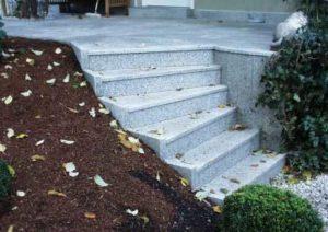 Terrasse mit gewendelter Treppe aus hellem Granit