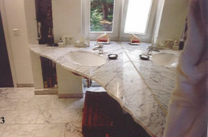 Waschtische müssen nicht eckig sein: Hier ein Waschtisch aus italienischem Marmor, exakt in den Raum eingepasst, mit geschwungener und polierter Vorderkante