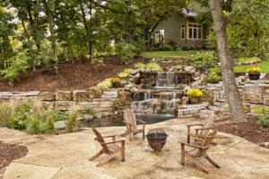 Garten mit Steinterrasse, Trockenmauern und Teich mit Wasserfall