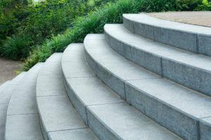 Runde Blockstufentreppe aus Granit