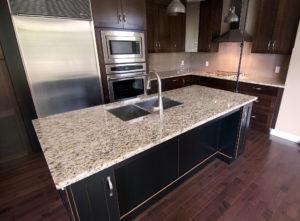 Küchenarbeitsplatten aus grau-gelbem Hartgestein