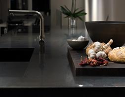 Schwarze Küchenarbeitsplatte aus Hartgestein
