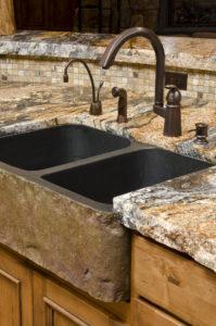 Waschbecken aus massivem Steinblock mit gebänderter Arbeitsplatte