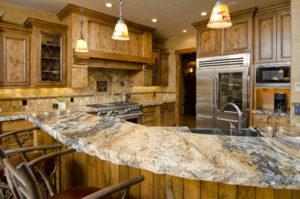 Rustikale Küche mit bossierter Arbeitsplatte