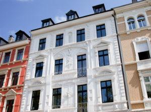 Wir erstellen auch klassische Fassaden aus Stuck oder mit Massivteilen neu oder restaurieren vorhandene Objekte.